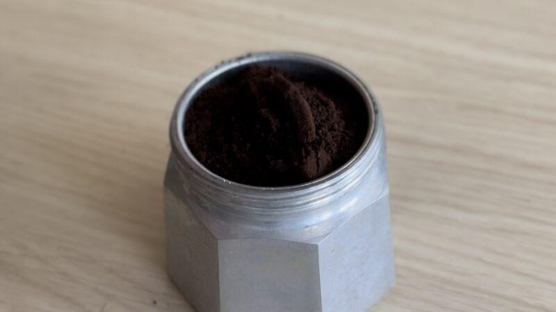 バスケットにコーヒー粉をセットする