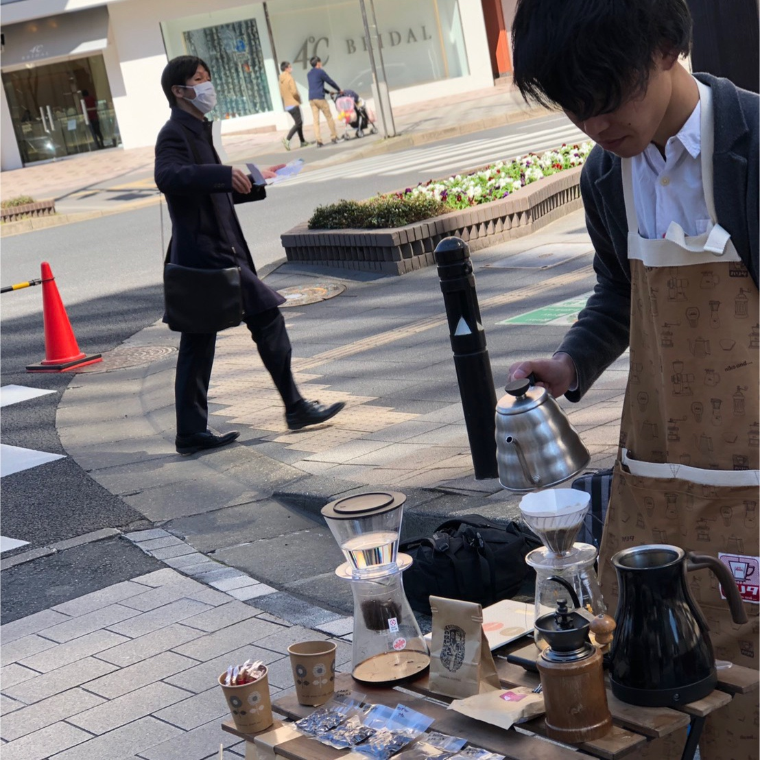 コーヒーを淹れる男性