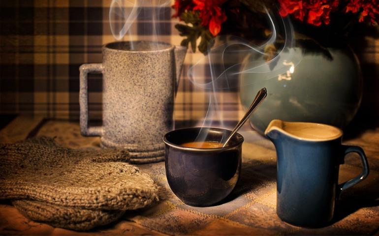 コーヒーカップの色による味の違い